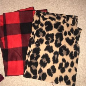 Accessories - Lot of 4 scarfs!